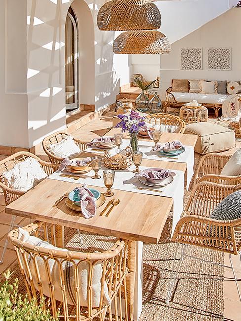 Table d'été avec chemin de table blanc et assiettes dépareillées