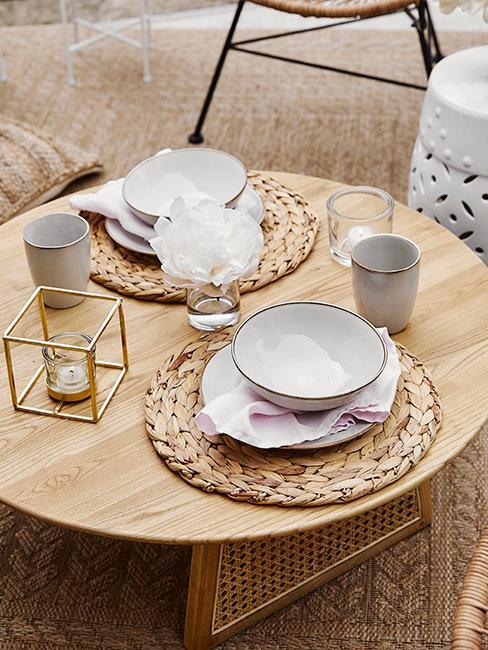 décoration de table avec set en algue, assiettes wabi sabi sur table en bois ronde