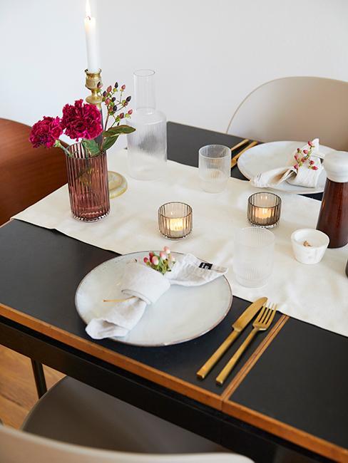 décoration de table minimalise avec couverts dorés