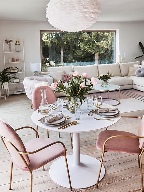décoration de table glamour avec touche de roses