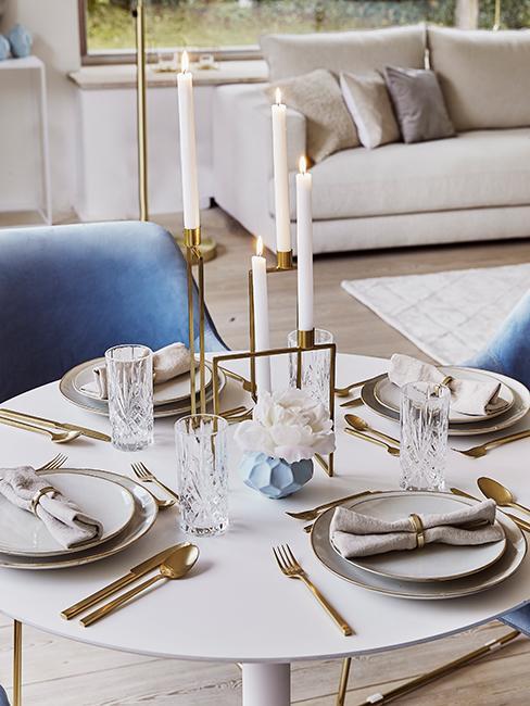 décoration de table chic avec couverts dorés, chandelier et assiettes beiges