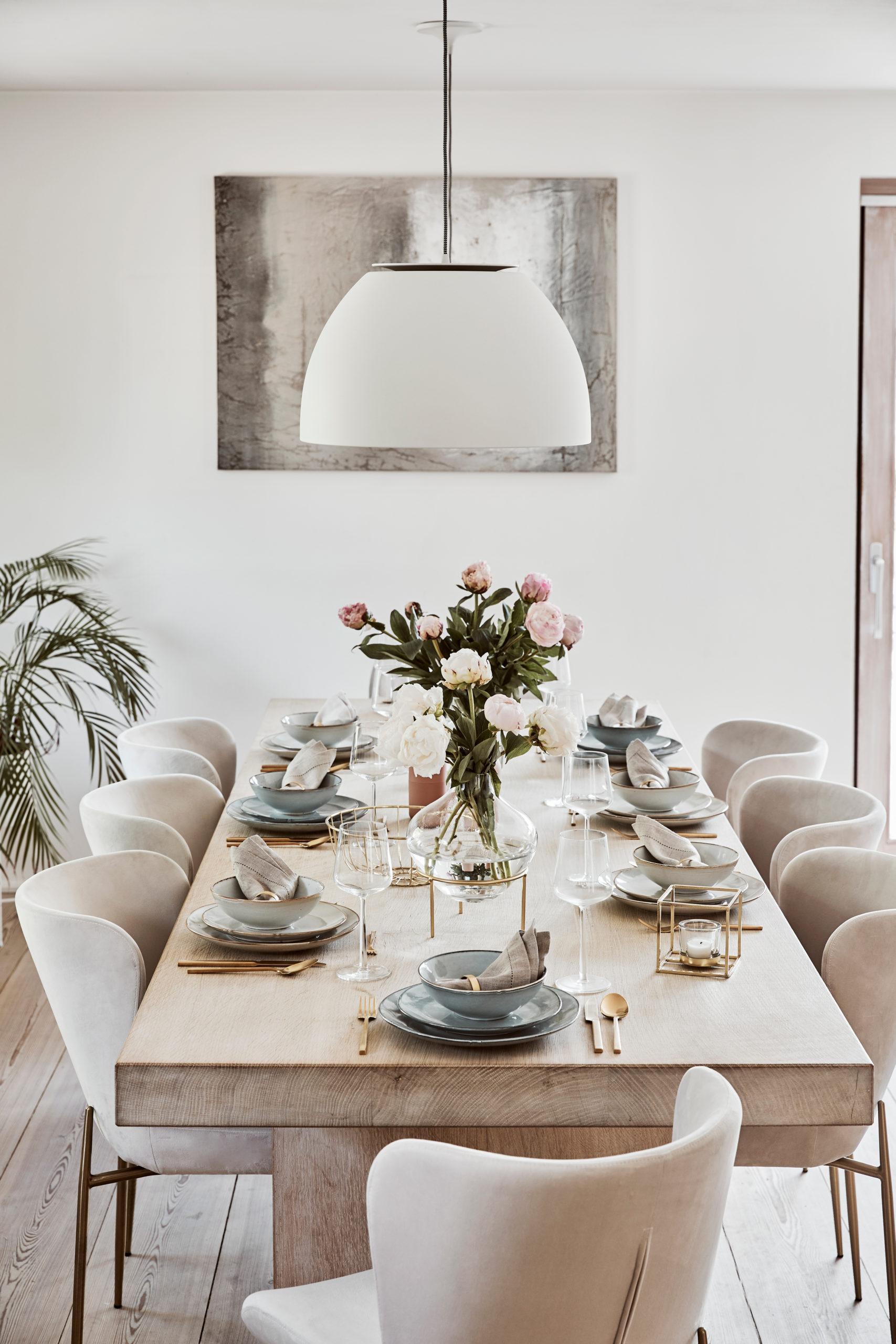 décoration de table chic avec assiettes wabi sabi, couverts dorés et fleurs