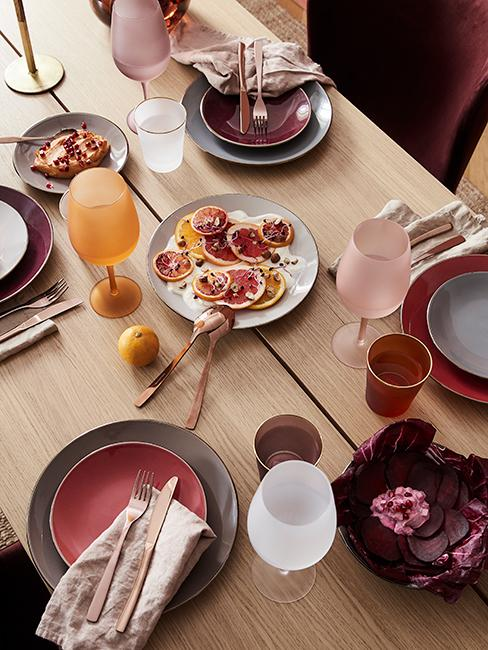 décoration de table avec assiettes prunes et grises