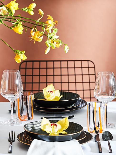 décoration de table avec assiettes noires