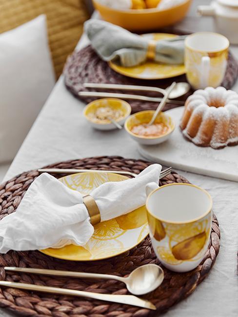 décoration de table avec assiettes citron et set en algues