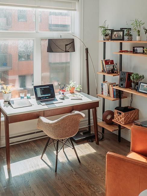 Bureau blanc et bois et étagère