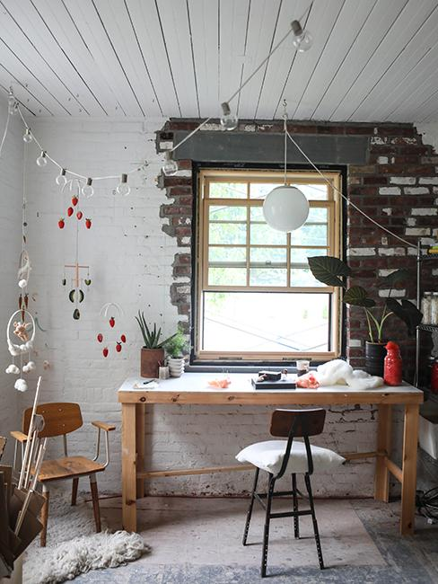 Coin bureau avec meubles en bois et mur brut