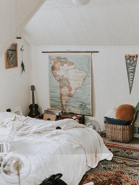 chambre retro avec carte géographique vintage