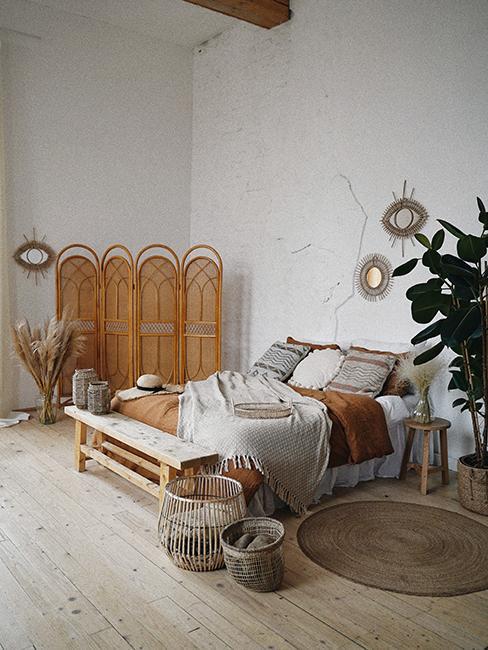 chambre boho avec paravent, et meuble en bois