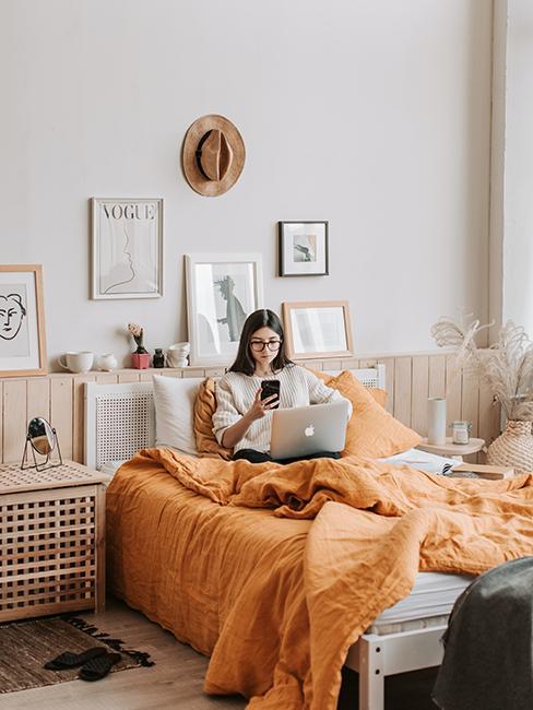 """chambre d""""ado avec linge de lit orange"""