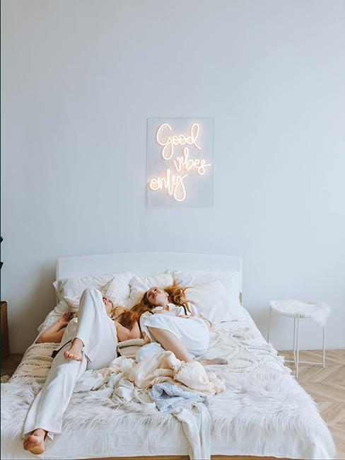 chambre d'ado blanche avec éclairage intérieur avec un néon au mur