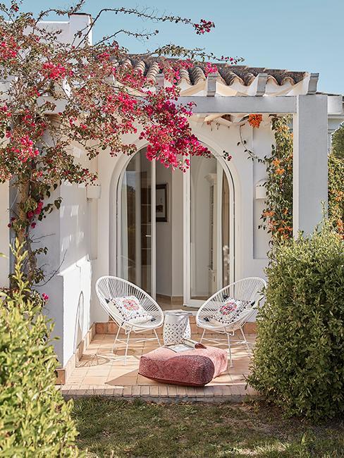 terrasse avec fauteuils de jardin et pouf rose