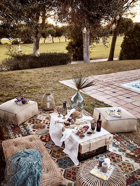 jardin avec table basse et apéritif