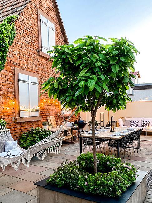 Terrasse avec hammac et table de jardin