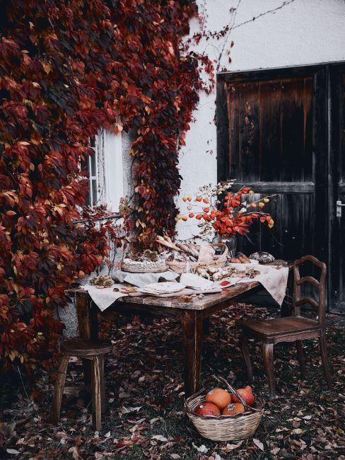Table rustique dressée à l'extérieur en automne