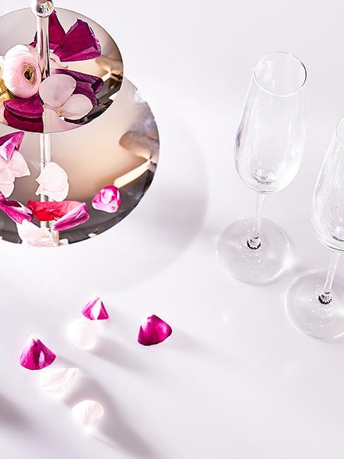 petales de rose et flutes de champagne