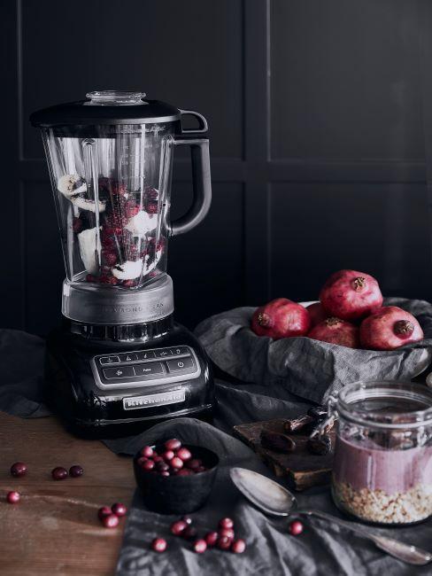 Blender de cuisine, grenadiers et goûter aux céréales