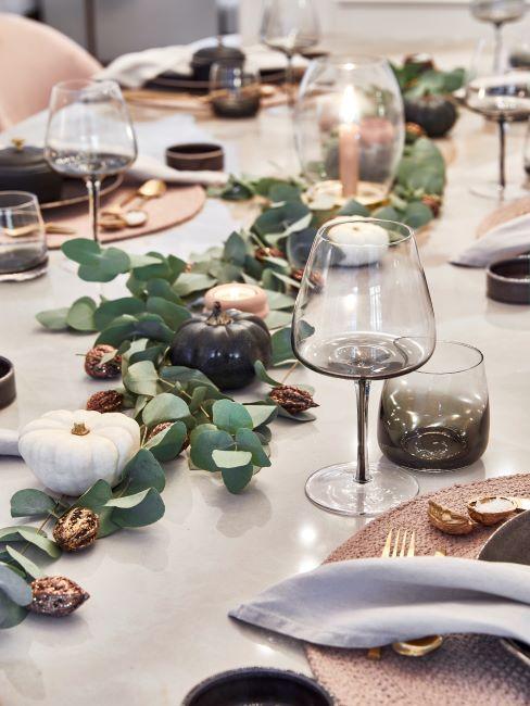 Décoration citrouille sur la table, verres à vin en cristal
