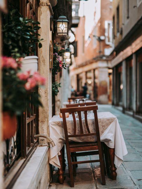 Rome, table pour deux personnes, mur en briques, dîner en amoureux