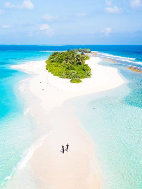 Maldives, photo drone d'un couple, sable blanc, mer turquoise