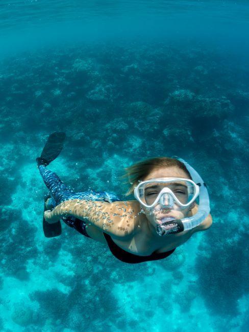 Maldives, femme en train de nager dans la mer limpide
