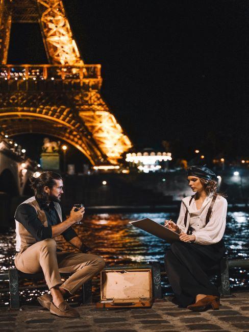 Paris, couple devant la Tour Eiffel