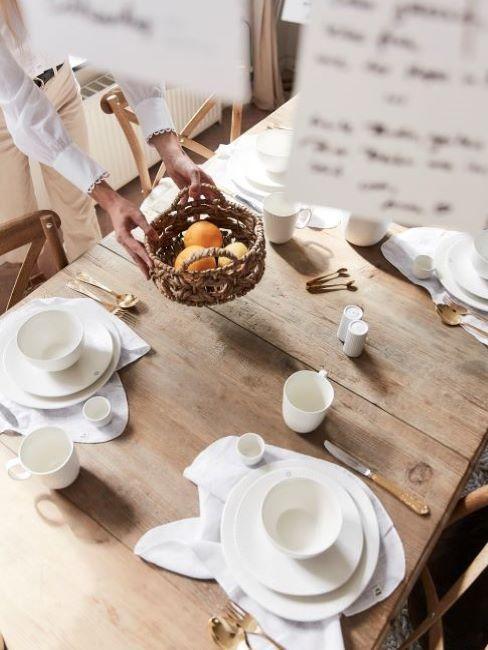 salle à manger avec table en bois rustique
