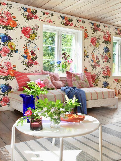 salon coloré avec papier peint floral