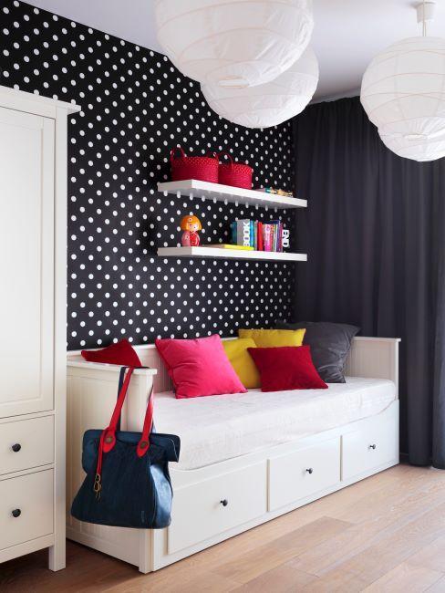 chambre pour enfant, tapisserie, meubles blancs