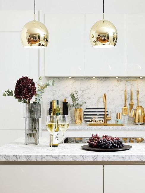 Cuisine blanche avec plan de travail en marbre