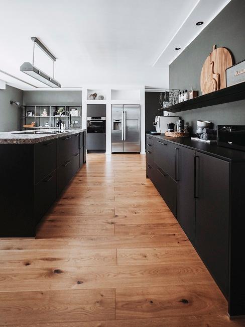 Cuisine noire mate avec plancher en bois
