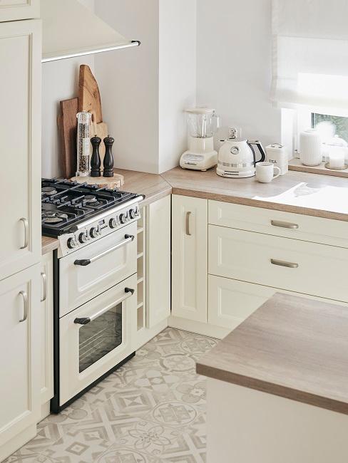 Cuisine blanche avec plan de travail en bois
