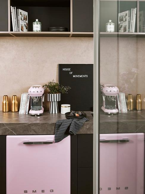 Cuisine noire et rose pastel avec plan de travail en quartz