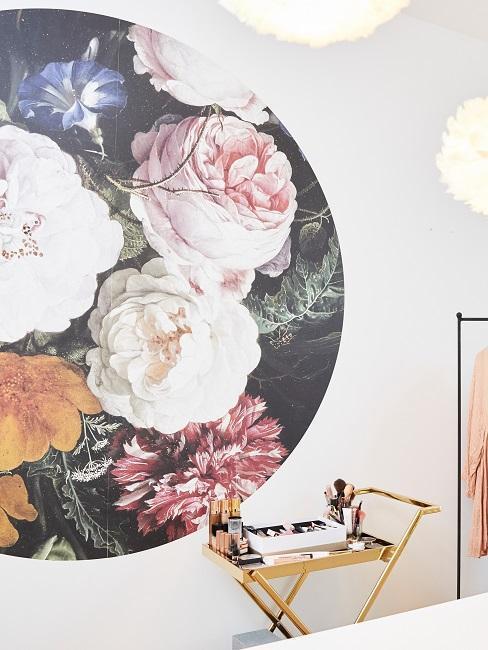 Papier peint avec fleur et chariot doré