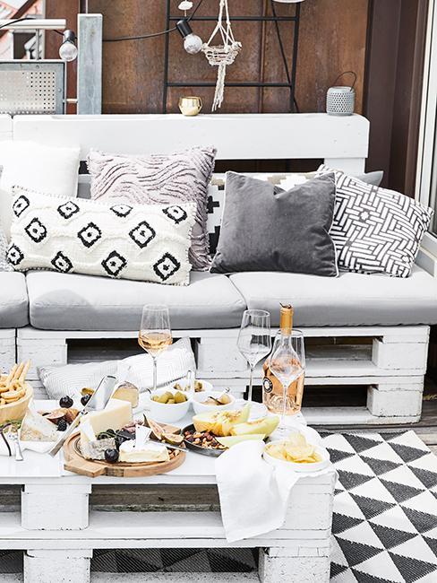 Terrasse avec meubles en palette blanc