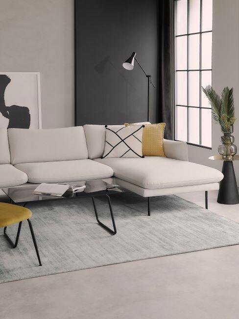 canapé d'angle blanc, tapis gris clair, mur gris, lampadaire noir