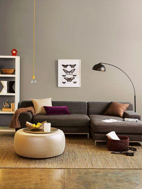 style rétro moderne, mur beige, tableau papillon, tapis en jute, pour rond en jute, lampadaire arc