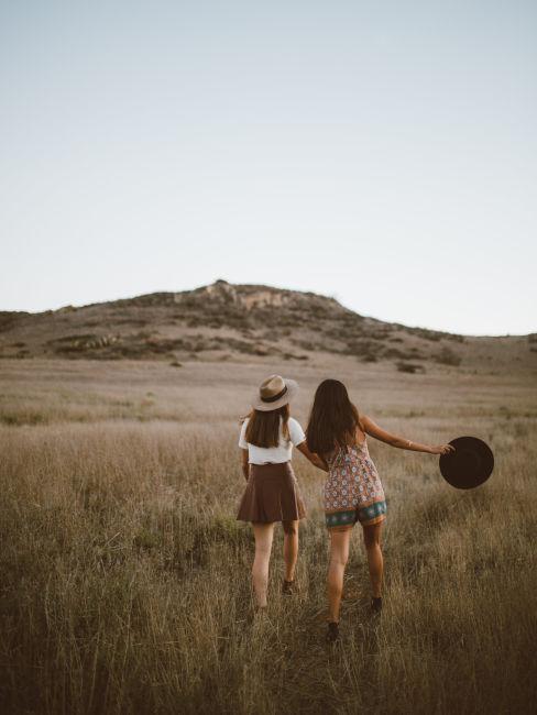 Deux amies entrain de marcher dans la nature