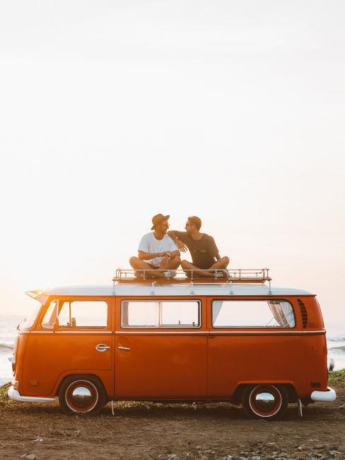 deux personnes assises sur un van orange