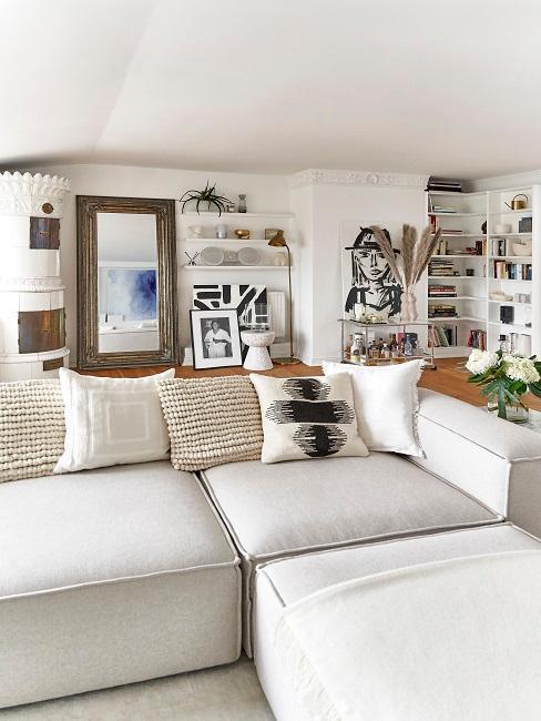 Canapé d'angle beige avec coussins beige