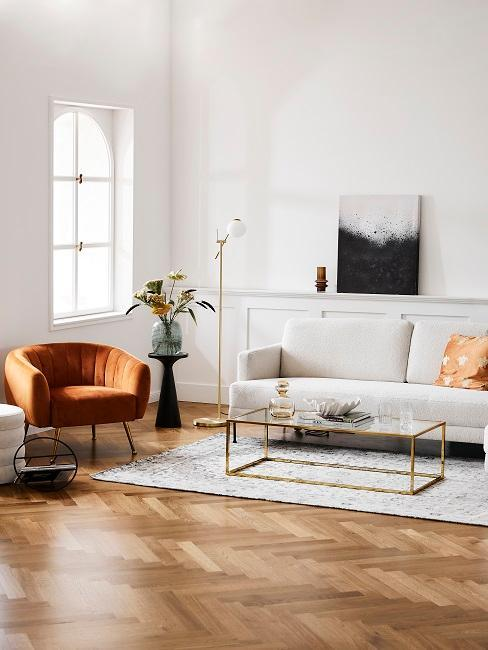 salon moderne avec canapé blanc et fauteuil rouille
