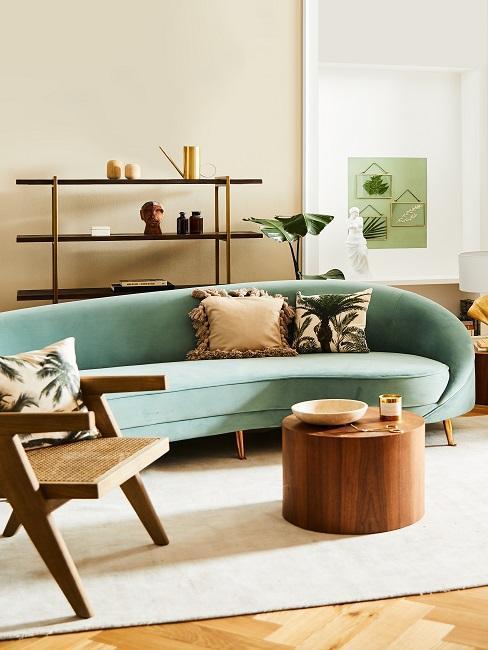 salon avec canapé vert menthe à l'eau et table basse ronde en bois