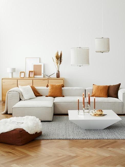 Salon avec canapé beige et coussins orange
