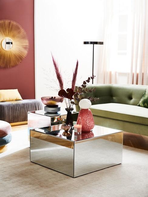 salon avec canapé vert et table basse en miroir