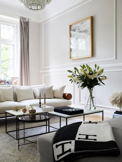salon avec canapé beige et tables basses carré