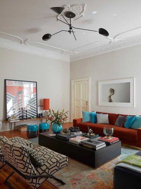 salon avec canapé rouille et grande table basse brune