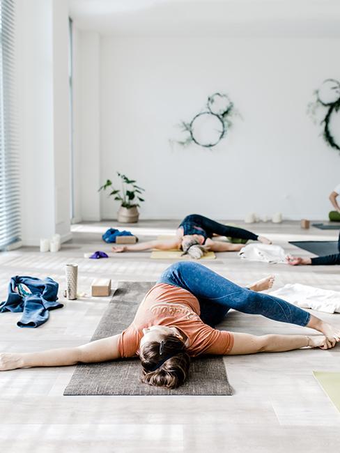 exercices de yoga femme allongee