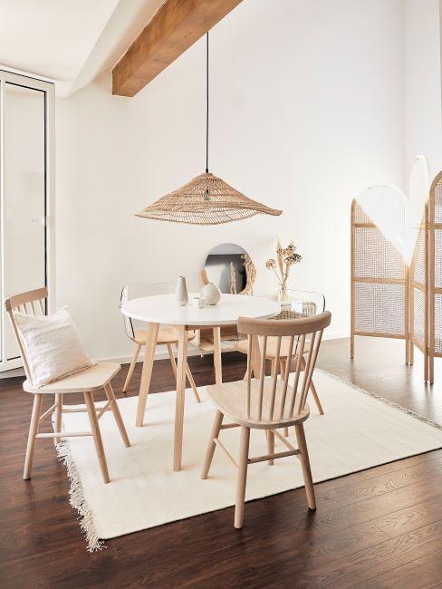 petit coin salon / salle à manger avec mobilier très léger en bambou, couleurs pastel, beige et bois, minimaliste