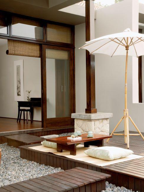 terrasse de style japandi avec parasol et coussins de sol, et une table basse japonaise