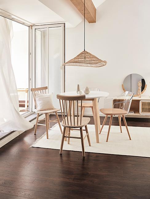 intérieur style japandi avec chaises et tables en bois, suspension en rotin